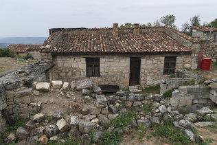 Развалины строений в Чуфут-Кале