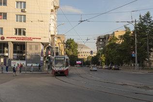 Вечерний трамвай на улице Мичурина в Новосибирске