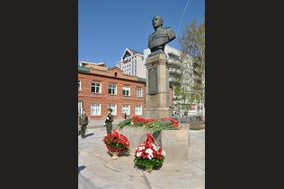 Почетный караул у памятника Александру Покрышкину на День Победы