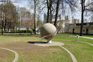 Планета Сатурн в саду астрономов в Сокольниках
