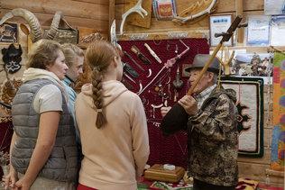 Сергей Омин рассказывает о музыкальных инструментах коренных жителей Алтая