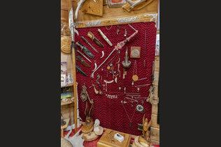 Экспозиция холодного оружия в музее Оминых