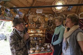 Сергей Танышевич Омин проводит экскурсию для гостей в своем музее.