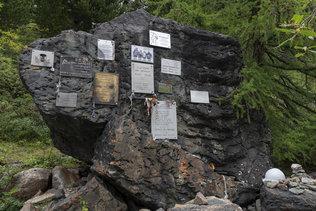 Памятные таблички на тропе к ледникам Актру
