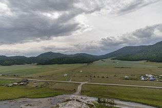 Вид с Усть-Канской пещеры на окрестности села Усть-Кан