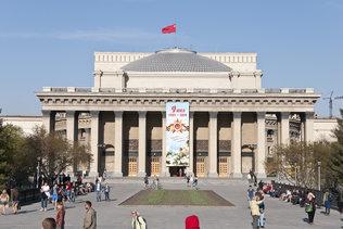 Красное знамя победы над оперным театром Новосибирска