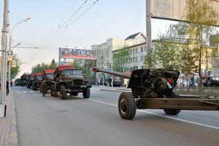 Колонна военной техники на репетиции парада Победы в Новосибирске