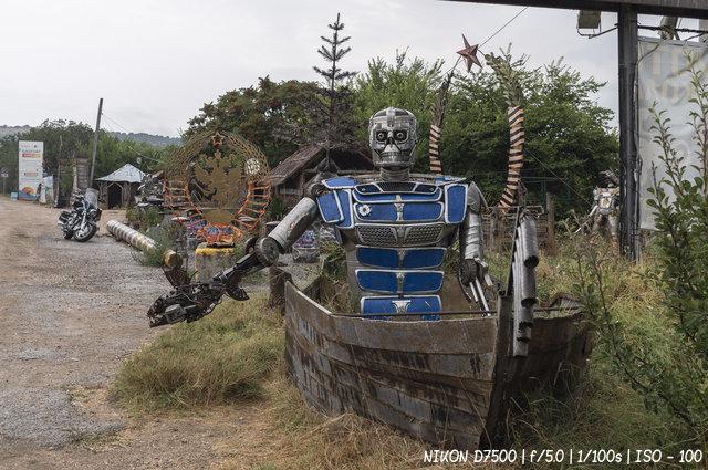 Терминатор в лодке на ялтинском шоссе