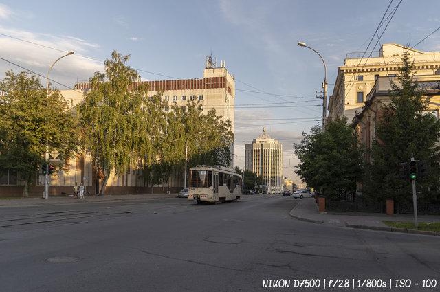 Июньский вечер на улице Серебренниковской