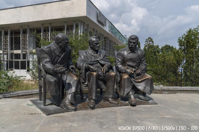 Памятник Сталину, Рузвельту и Черчиллю в Ливадии