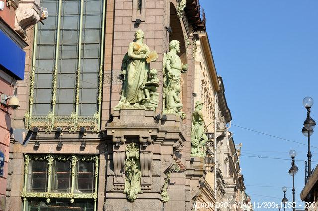 Скульптуры елисеевского магазина в Санкт-Петербурге