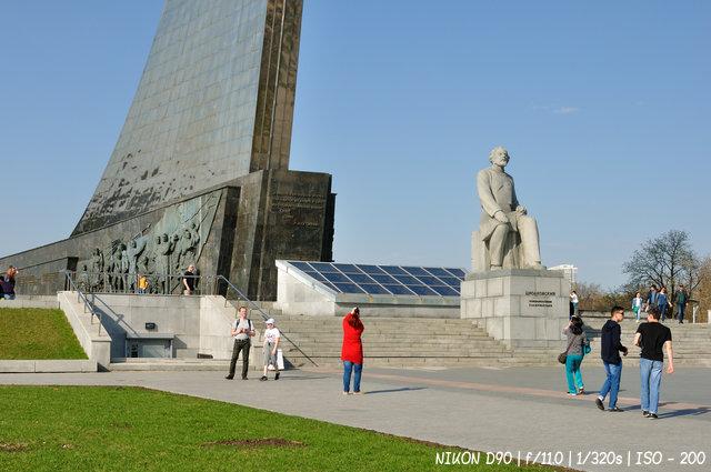 Памятник основоположнику космонавтики К.Э. Циолковскому