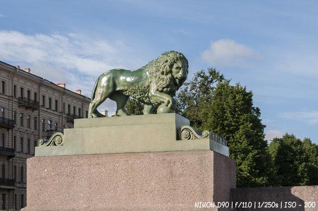 Скульптура льва на Адмиралтейской набережной