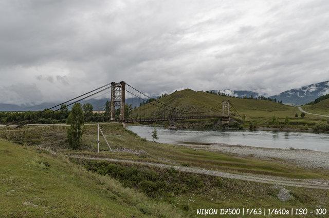 Подвесной мост через реку Катунь в районе села Мульта
