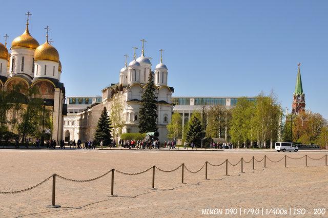 Туристы у Царь-пушки в Кремле