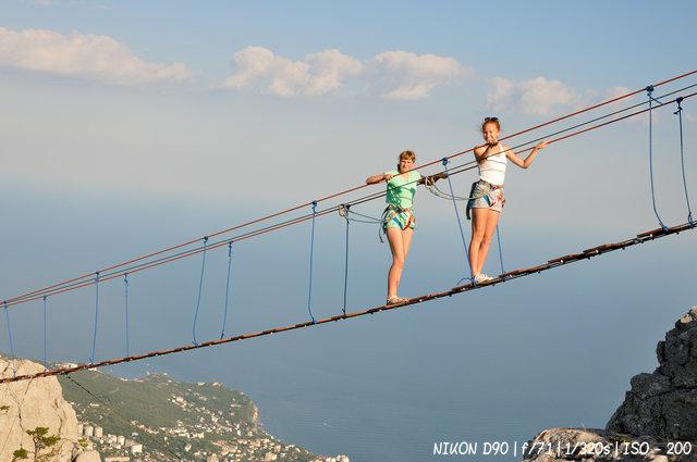 На канатном мосту Ай-Петри-дорога над пропастью