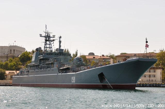 Большой десантный корабль в бухте Севастополя