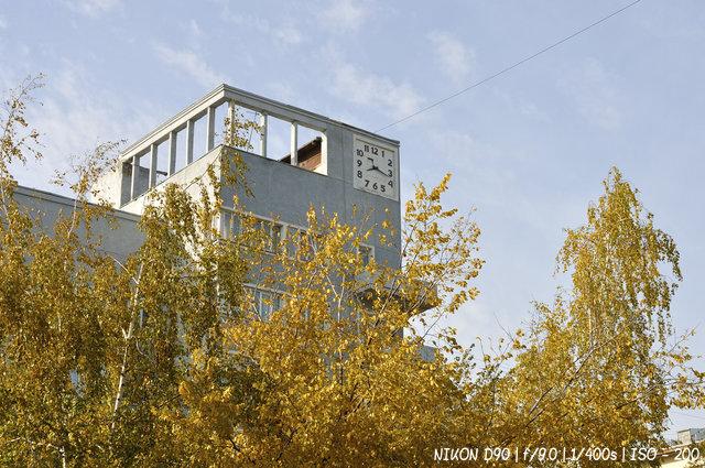 Дом со стоящими часами в Новосибирске
