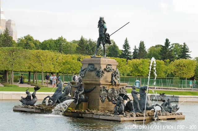 """Фонтан """"Нептун"""" в верхнем саду Петергофа"""