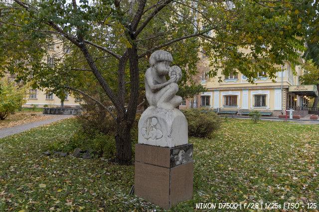 Мальчик с одуванчиком на улице Серебренниковской