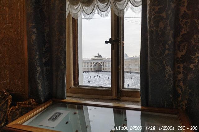 Вид из окна Эрмитажа на Дворцовую площадь