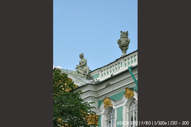 Скульптура на крыше Эрмитажа
