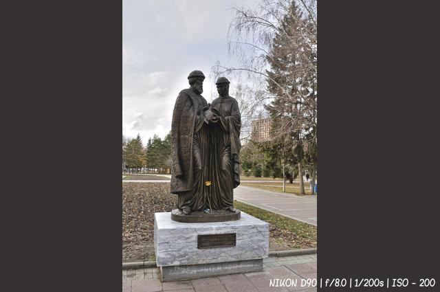 Памятник Святым благоверным князю Петру и княгине Февронии Муромским в Нарымском сквере Новосибирска