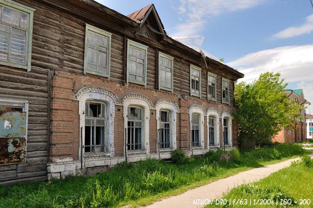 Разрушенный дом в Колывани