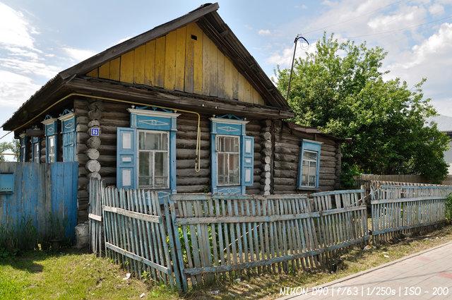 Деревянные дома на улицах Колывани
