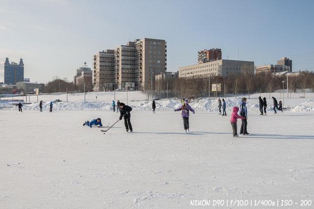На катке у культурного центра Сибирь-Хоккайдо в Новосибирске