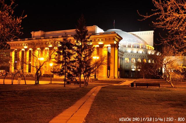 Театр оперы и балета ночью